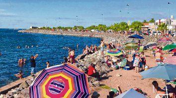 Postal. La costanera de Miramar, la única localidad ribereña de la inmensa laguna, es uno de los principales atractivos. Allí se puede disfrutar del sol, el agua y las cualidades del barro curativo.
