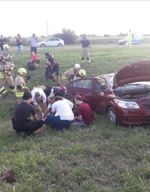 El tremendo vuelco en la autopista a Córdoba, a la altura de Roldán, se evidencia en cómo quedó el vehículo. (Fotos: @emergenciasAR)
