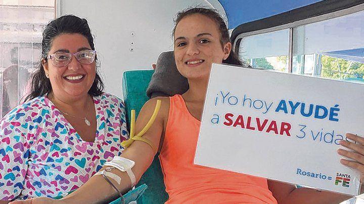 gesto altruista. Una joven se suma a una campaña de donación que se montó en la Calle Recreativa.