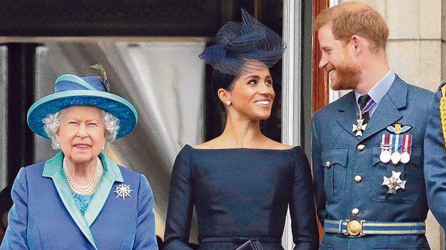 otro tiempo. Los tres juntos presenciando un desfile militar en julio de 2018 en el Palacio de Buckingham.