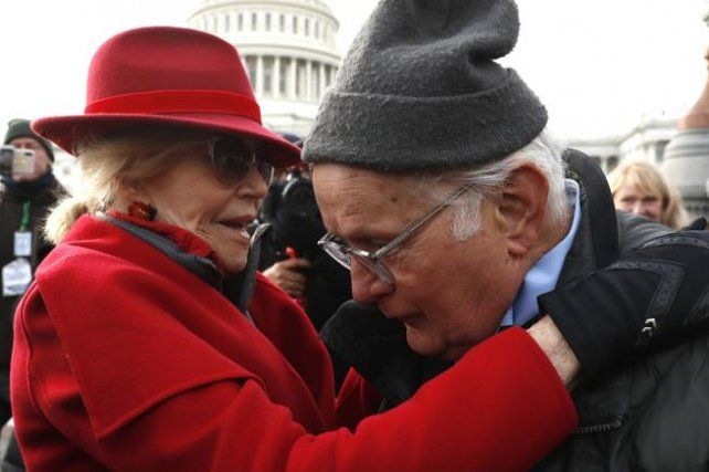 La actriz Jane Fonda junto al actor Martín Sheen durante la marcha.