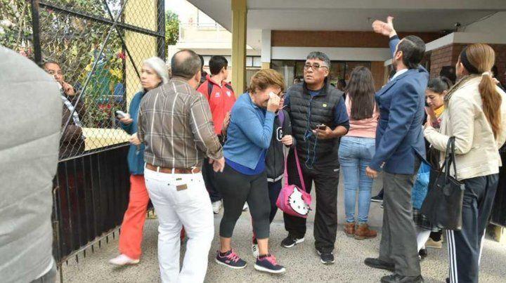 Galería. Personal escolar y familiares de los heridos se lamentan del desenlace ocurrido dentro del aula.