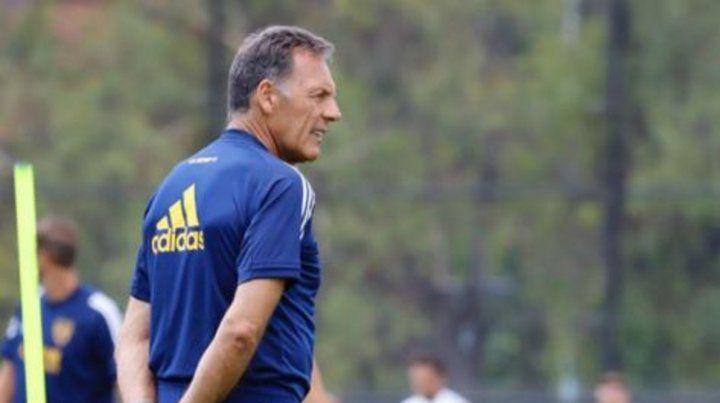 Camina la cancha. Russo observa todos los detalles en la práctica de Boca.