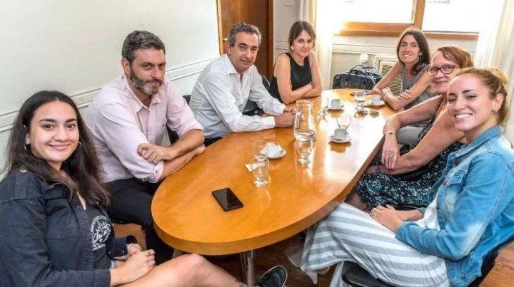 Javkin y la secretaria de Género y Derechos Humanos del municipio recibieron a la médica abusada