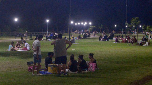 Colmados. Las noches de veranos los parques de la costa central se llenan de jóvenes y familias.