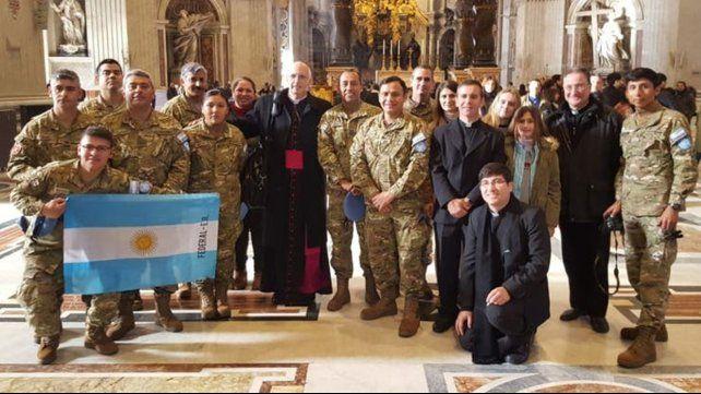 En San Pedro. Olivera y veinte soldados argentinos de la misión de paz en Chipre posaron en la basílica.