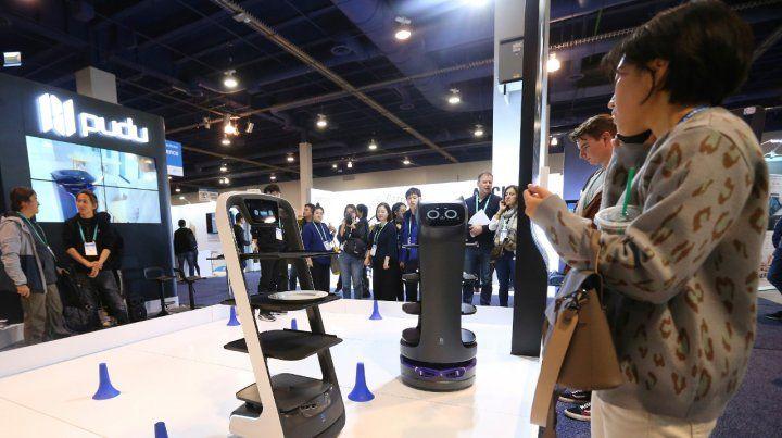Mozos del futuro. Robots chinos Pudu que llevan la comida a la mesa.