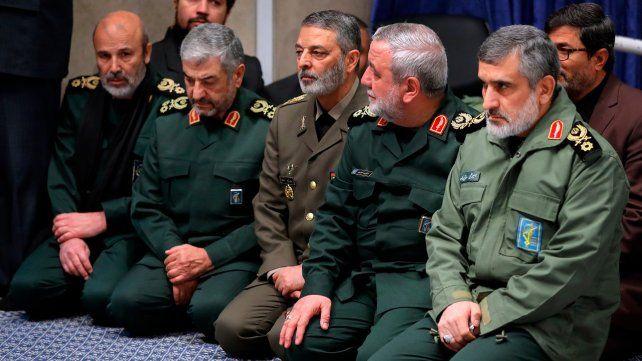 Mea culpa. El general Amir Ali Hayizadeh (der.) admitió que sus hombres derribaron el avión civil.