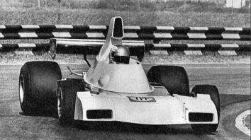 Fina estampa. El auto en plena prueba en Buenos Aires, con el Nene García Veiga al volante.
