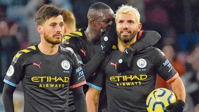 Tricota y a la bolsa. Sergio Agüero se quedó con la pelota tras marcar tres goles ante Aston Villa. Lo acompaña el español Silva.