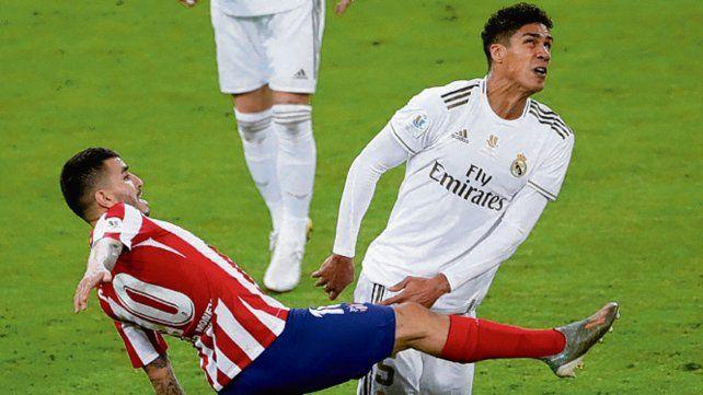 Angel sin copa. El rosarino Correa disputa el balón ante Varane.