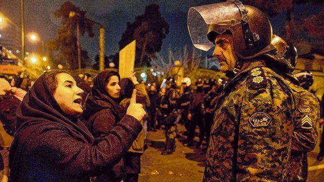 valientes. Estudiantes universitarias enfrentan a la policía. Luego llegaron los gases y los perdigones.