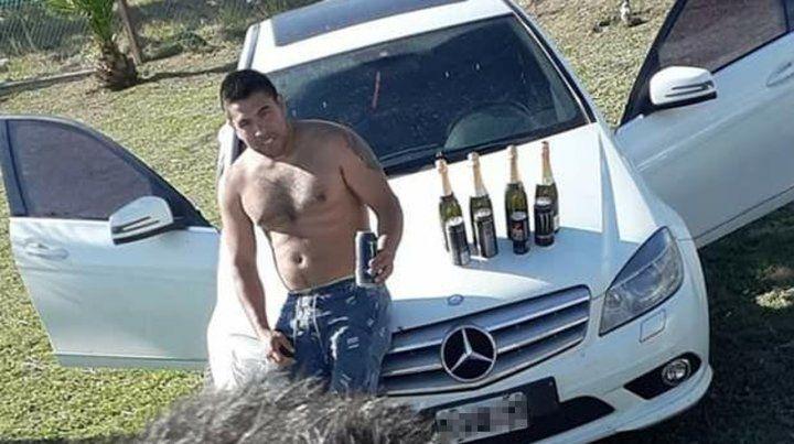 Inicio de 2020. Leo Ponce empezó el año posteando una foto en su auto y bebiendo champán con energizante.