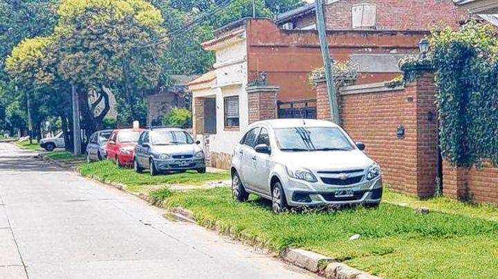 sobre las veredas. Muchos vecinos dejan sus automóviles en sitios no permitidos.