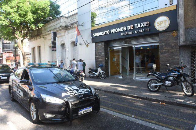 Un móvil policial brinda custodia a la sede del Sindicato de Peones de Taxis de Rosario.
