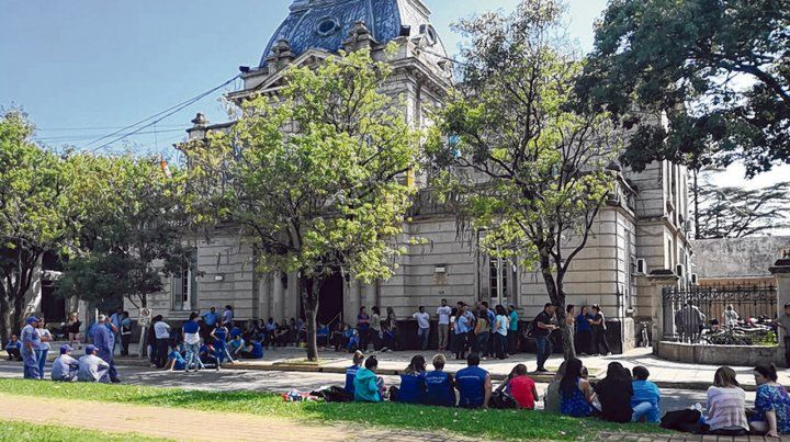 Preocupación. Los municipales se concentraron durante la mañana de ayer frente al palacio municipal.