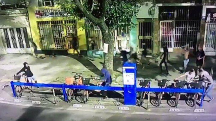 daños. Un video registró cuando un grupo de jóvenes provocó destrozos.
