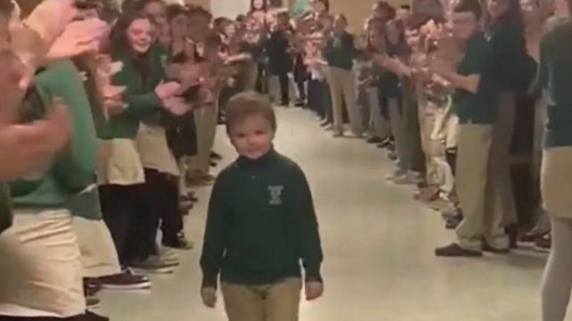 Un nene de seis años le ganó al cáncer y sus compañeros lo ovacionaron