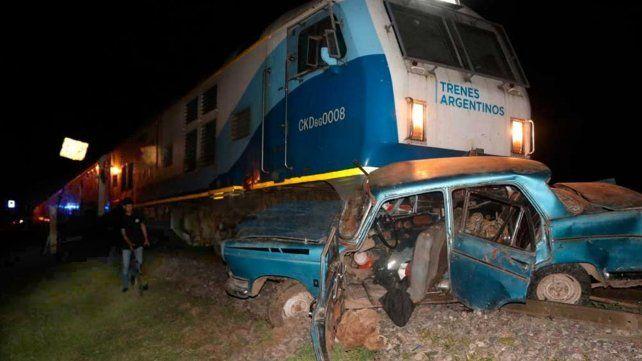 Un muerto y dos heridos al embestir un tren a un auto