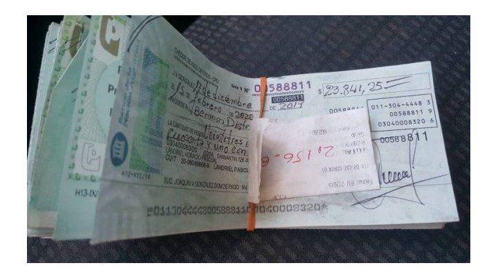 Los cheques encontrados sobre la ruta 70.