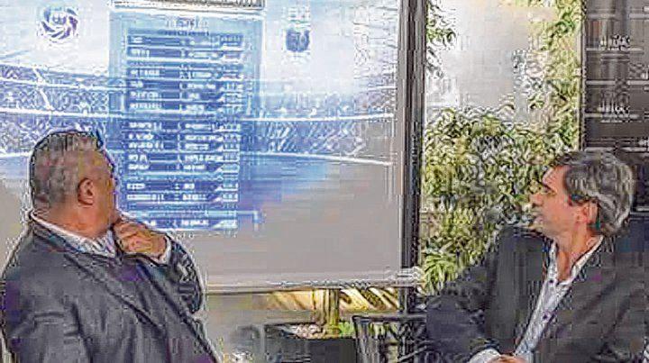 Otros tiempos. Chiqui Tapia y Mariano Elizondo observan el fixture de la Superliga. Ahora la AFA quiere modificar las fechas.