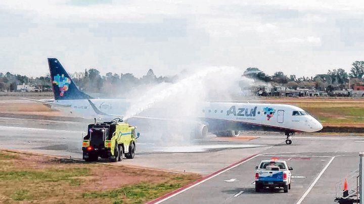 Semanal. El vuelo opera los sábados: llega a las 16.05 y sale a las 17 hacia el nordeste brasileño.