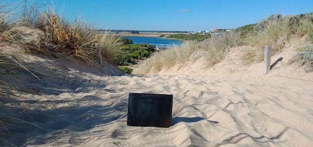 <p>El módem en la playa. (Foto: Facebook: Cassie Langan)</p> <p> </p><p></p>