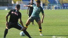 Fue títular. Ciro Rius intenta avanzar pese a la marca de un rival brasileño.
