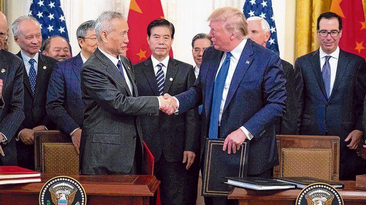 paso adelante. Donald Trump y el vice premier chino Liu He estrechan las manos tras la rúbrica. Fue ayer en el Salón Este de la Casa Blanca.