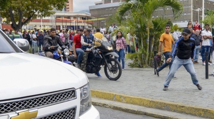 Caracas. Militantes progobierno arrojan piedras a una caravana de legisladores de la oposición.