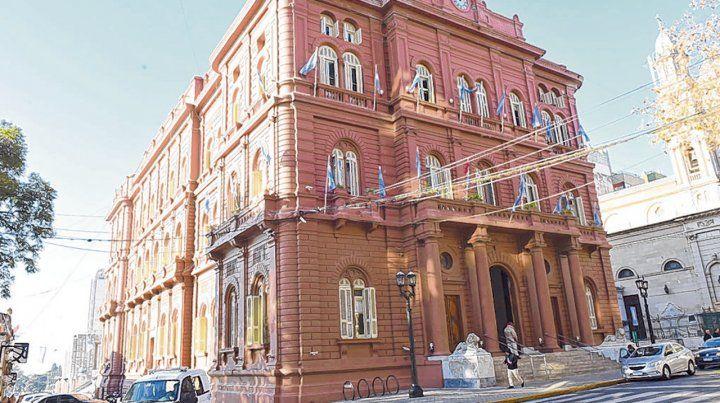 Palacio municipal. La acusada prometía oportunidades laborales dentro de la estructura pública local.