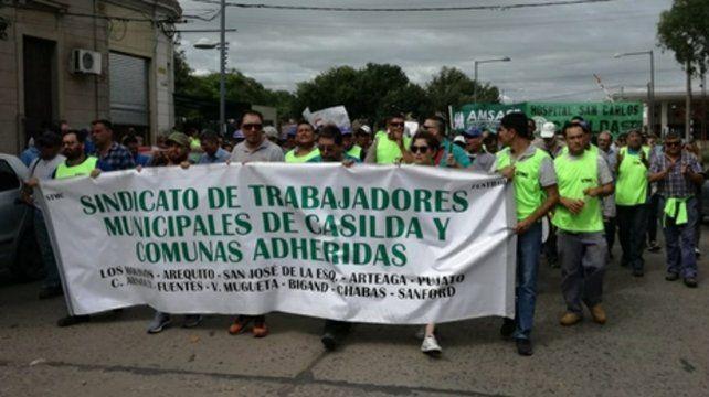 límite. Los trabajadores marcaron la cancha en la movilización. Si no aparece la plata agudizarán la protesta.