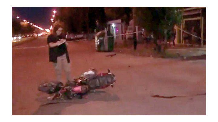 Un motociclista fue embestido por un auto que iba en contramano