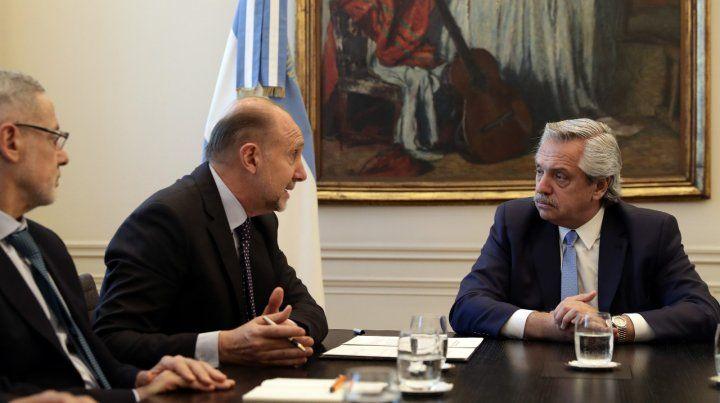 Acuerdo sellado. El presidente Alberto Fernández escucha al gobernador Omar Perotti ante la mirada atenta del ministro Marcelo Saín.