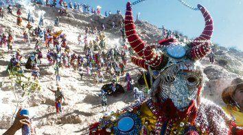 Rienda suelta. La magia y el colorido de los atuendos que lucen los integrantes de la diablada atraen cada año a turistas de distintos puntos del país y del mundo que disfrutan el acontecimiento como propio.