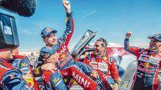Las mieles del éxito. El piloto de Mini festeja la victoria junto a sus rivales el francés Peterhansel y el qatarí Nasser Al-Attiyah.
