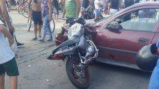 La moto Honda quedó incrustada entre la rueda y el guardabarros delantero izquierdo del auto. Los jóvenes volaron varios metros. (Foto: @leodelga2)