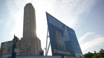 Vallados y carteles. Buscan retirar las cercas que circundan el histórico memorial para los festejos del 20 de junio.