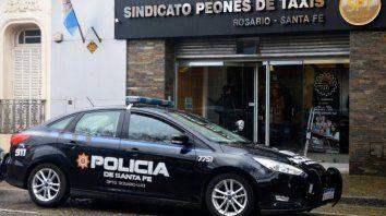custodiado. El Sindicato de los taxistas bajo protección policial.