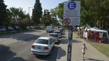 Más facilidad para comprar o tomar algo. Los coches pueden estacionar paralelos al cordón.