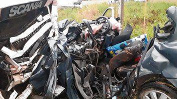 Destruido. Solo quedaron hierros retorcidos del automóvil siniestrado.