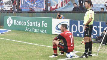 Maxi en Sarandí. El capitán leproso sentado en la pelota antes de patear un córner. No habrá público rojinegro frente a Arsenal.