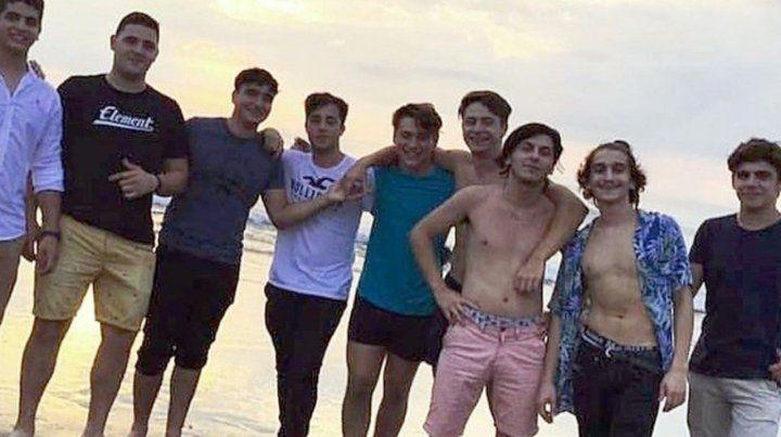 Playa. Los acusados en un día de disfrute. Ciro Pertossi (segundo desde la izquierda) y Máximo Thomsen (en el centro)
