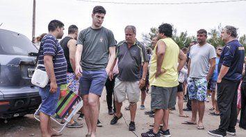 Otra realidad. Pablo Ventura camina y lo sigue en sus pasos su padre. Ayer hablaron con la prensa.