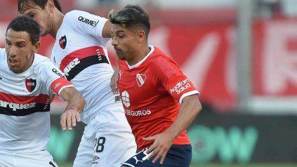 ¿Jugarán juntos? Maxi y Palacios luchan por la pelota en el último Newell's-Independiente.