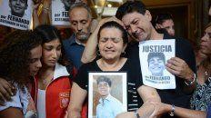 Los padres de Fernando lloran desconsoladamente el asesinato de su hijo.