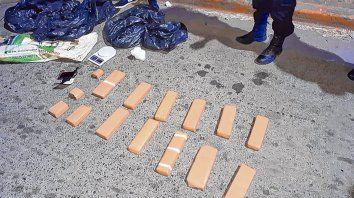 Narcomenudeo. En distintos procedimientos en la ciudad fueron detenidas cinco personas transportando droga fraccionadaviolencia barrial.