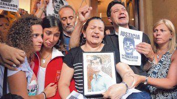 Protesta en Recoleta. Graciela y Silvino, visiblemente desgarrados por el dolor, salieron a agradecer a los participantes de la marcha.