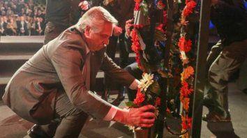 memoria. Fernández colocó una corona floral al pie del Monumento al Levantamiento del Gueto de Varsovia.