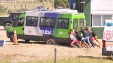 El transporte que llevó a los jóvenes que colaboraron como extras en la rueda de reconocimiento, se quedó en la arena y tuvieron que ayudar a sacarlo.